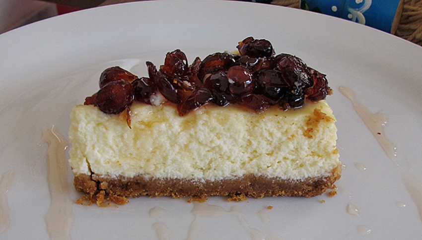 Cheesecake with cinnamon & cranberry spoon sweet